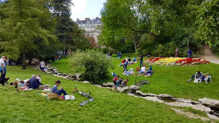 picnic-buttes-chaumont-paris.jpg
